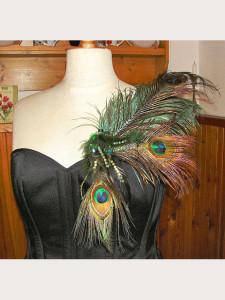 Černý korzet s extravagantní odnímatelnou ozdobou z pavího peří
