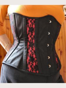 Černo-červená klasika s kontrastními panely potaženými krajkou