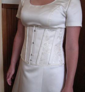 Krátký korzet na svatební šaty ze symetricky aranžované vzorované látky
